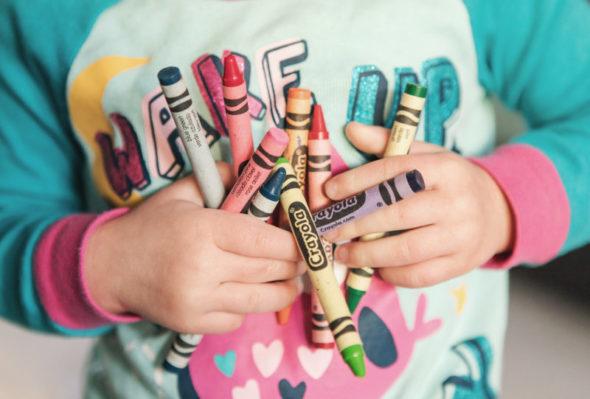 Wachsmalstifte in Kinderhände
