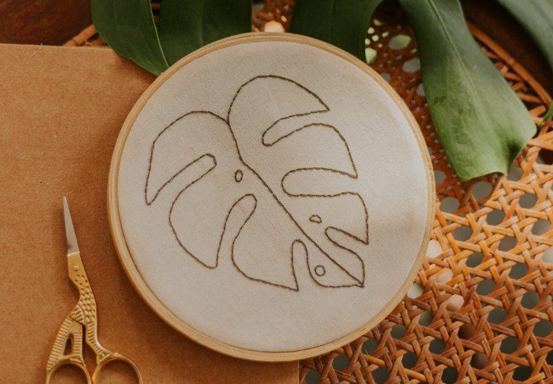 Stickrahmen mit Palmblatt-Bestickung