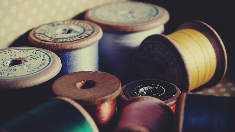 Stickgarn gib es in vielen Farben, Stärken und aus unterschiedlichen Materialien